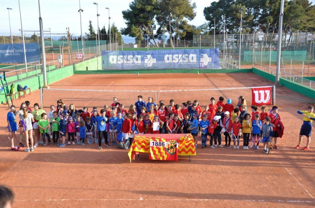 Els alumnes de l'escola de tennis participen en la jornada de minitennis al Nàstic de Tarragona