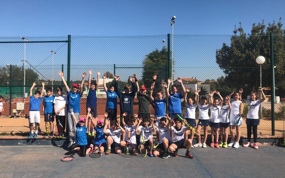 Alumnes de l'escola de tennis disputen un amistós contra el Tennis Salou H2O