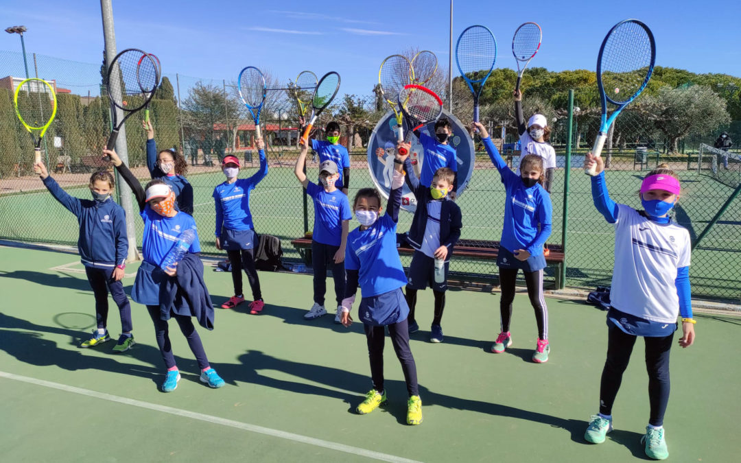 Els grups de competició de l'escola de tennis participen als entrenaments de reforç del cap de setmana